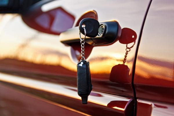 Awaryjne otwieranie drzwi samochodu